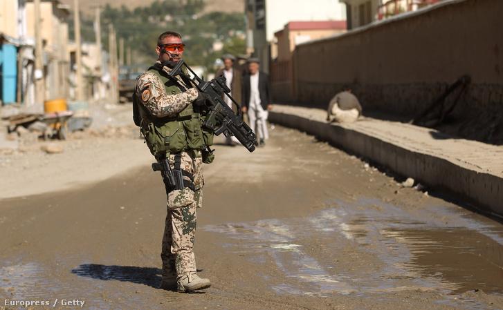 Egy német katona biztosítja a német fejlesztési központ bejáratot az afganisztáni Fejzabadban 2010. október 1-jén