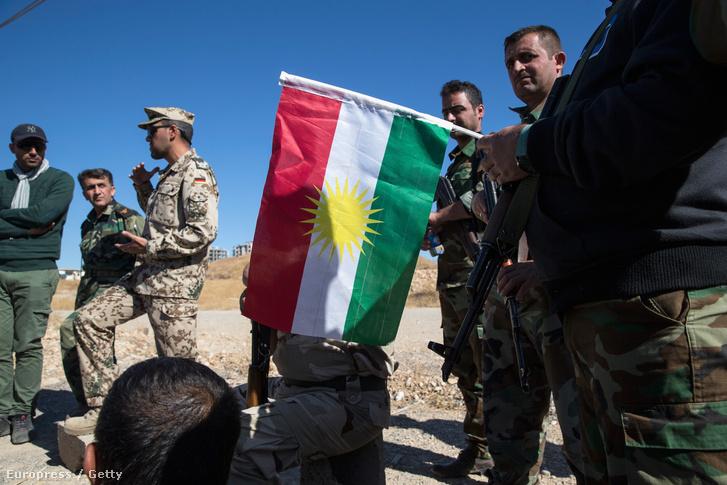 Német katonai orvos tanítja elsősegélynyújtásra a kurd pesmerga fegyvereseit az iraki Erbílben 2015. november 3-án.