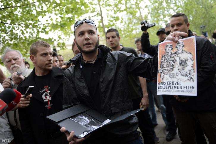 B. Gábor a mozgalom társelnöke nyilatkozik a német megszállás áldozatainak tervezett emlékműről a Szabadság téren 2014. április 24-én.