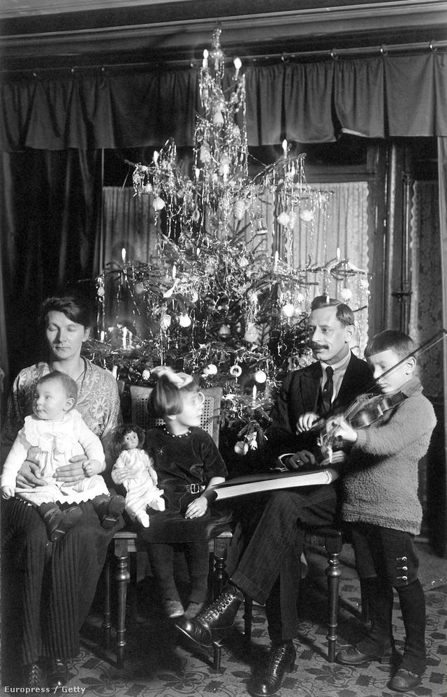 Karácsonyozó német család 1921-ben.