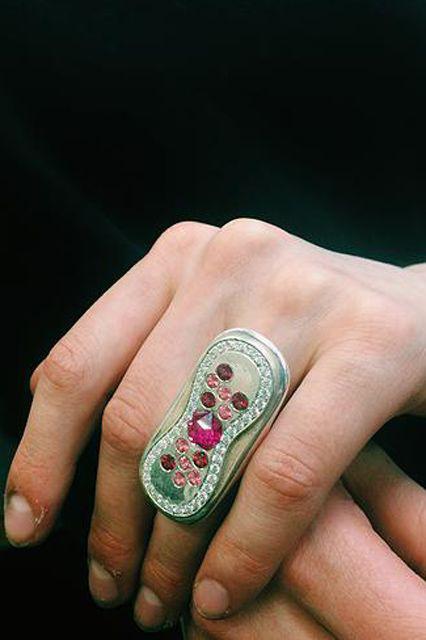 Igen, jól látja ez egy betét formájú gyűrű