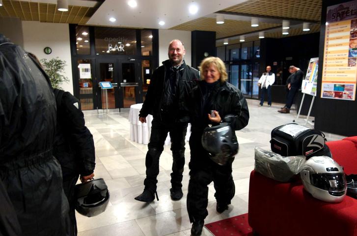 Megérkezés a szálloda lobbijába
