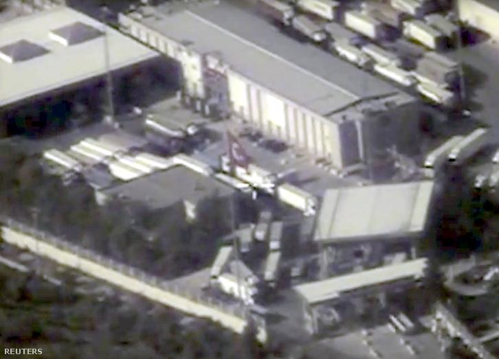 Az Orosz Védelmi Minisztérium által kiadott műholdas fotókon az oroszok szerint az Iszlám Állam olajszállító kamionjait láthatjuk a török-szíriai határon.