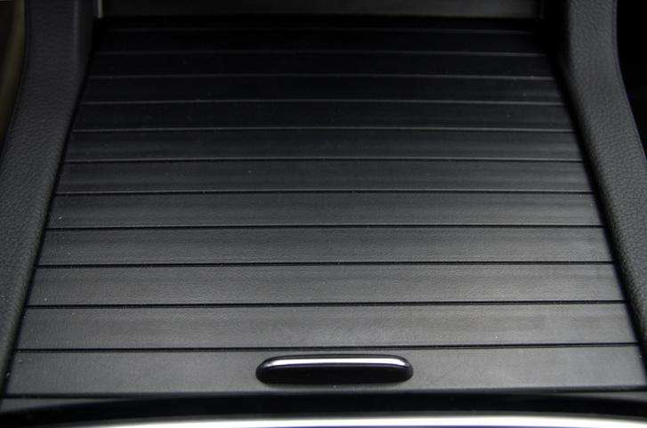 Egy ilyen hitvány minőségű dolognak már egy Amerikában gyártott Mercedesben sem lenne keresnivalója.
