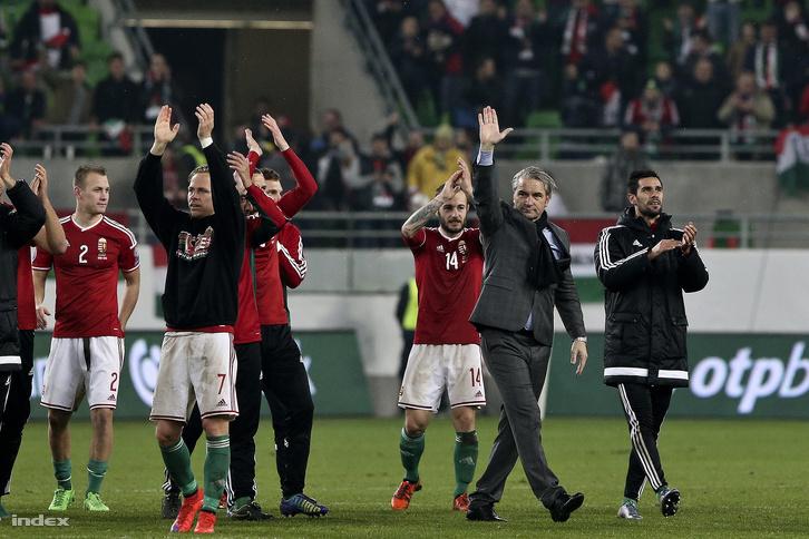 Bernd Storck a magyar-norvág meccs végén a válogatottal együtt ünnepel, 2015. november 12-én.