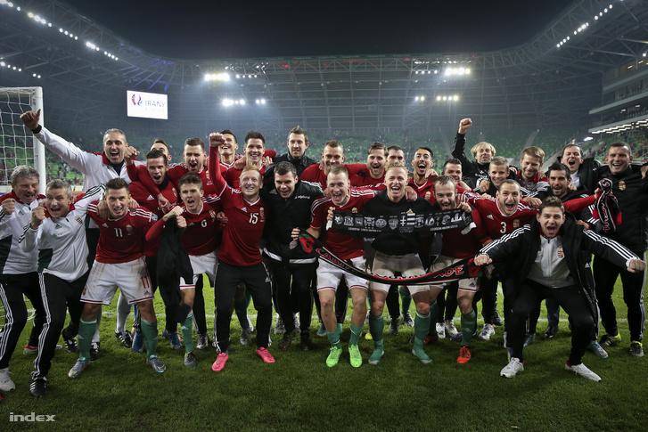 A magyar válogatott a norvégok elleni győzelmet ünnepli 2015. november 12-én.
