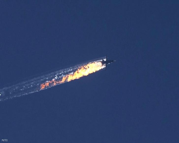 A HaberTürk TV adásáról készített képen kigyulladt repülőgép zuhan le 2015. november 24-én miután török harci gépek lelőtték a Szu-24 orosz vadászbombázót a török-szíriai határ térségében.