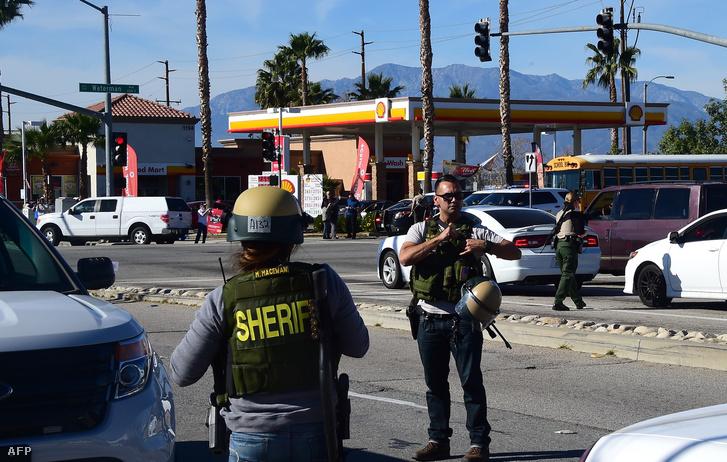Három, állig felfegyverzett, katonai ruhába öltözött férfit kerestek a rendőrök. A rendőrök házról házra járva kutatták át a környéket.