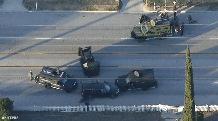 Egy fekete terepjárót kerestek a rendőrök, a fegyveresek ilyen autóval menekültek el a helyszínről. A gyanús teherautót néhány órával az eset után feltartóztatta a SWAT különítménye, körbevették, és két feltételezett támadót, egy férfit és egy nőt lelőttek.