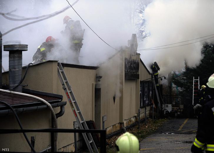 Tűzoltók dolgoznak Gyömrőn a Tó utcában ahol kigyulladt egy étterem 2015. december 3-án. Az ötszáz négyzetméteres étterem teljes terjedelmében égett.