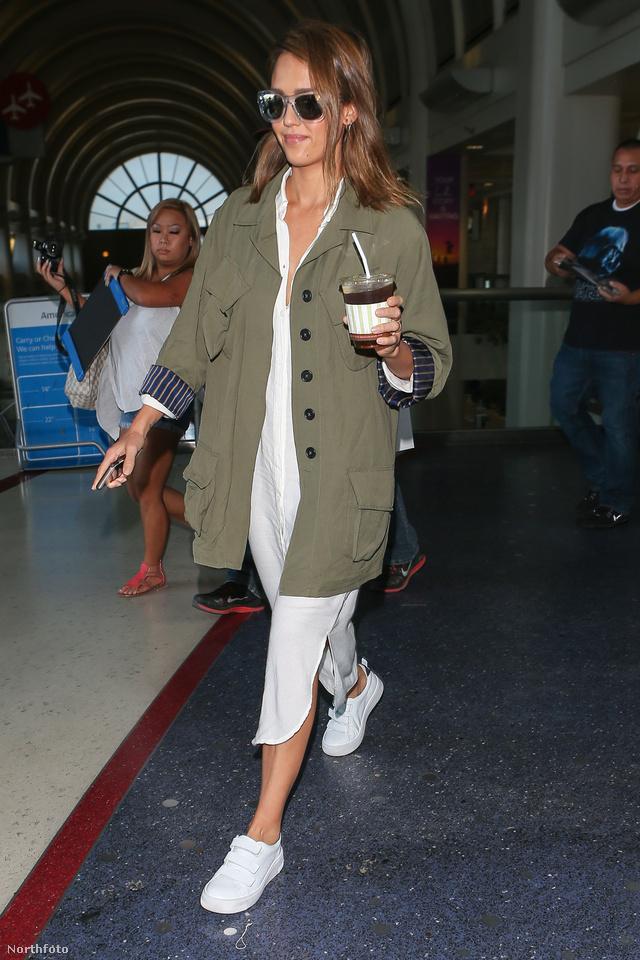 Jessica Alba fehérrel kombinálta lezser khaki kabátját Los Angelesben.