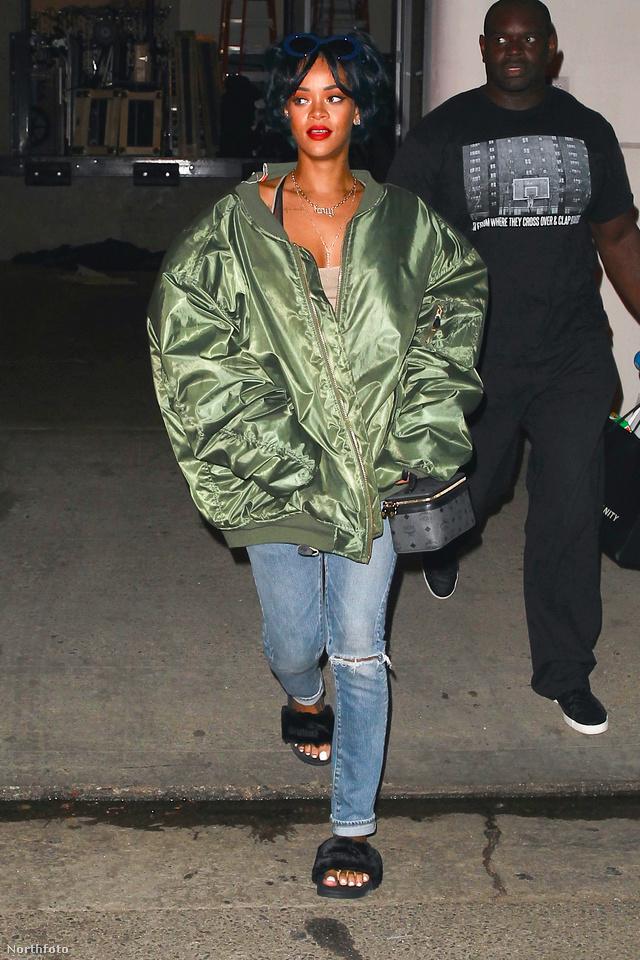 Rihanna szakad farmerrel és szőrmével bevont papuccsal vette fel a túlméretezett bomberdzsekit Hollywoodban.