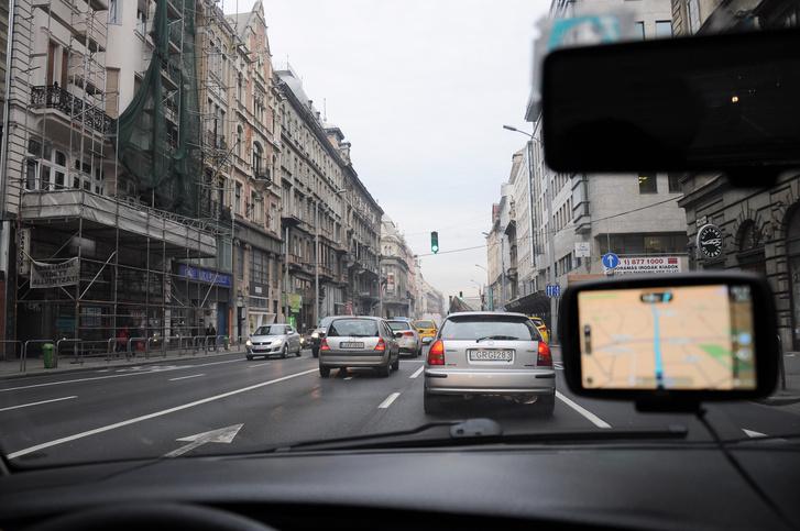 Zöld lámpánál sem megy a forgalom, mégsem jelzi a torlódást
