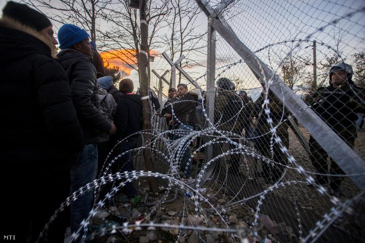 Illegális bevándorlók a görög-macedón határ észak-görögországi oldalán az Idomeni és a macedóniai Gyevgyelija határállomás között.