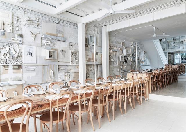 A Cadena + Asociados több ezer állati csonttal pakolta tele a mexikói Hueso étterem belső terét. A hátborzongató belsőt kapott teret egy 1940-ben épült helyiségből alakították át.