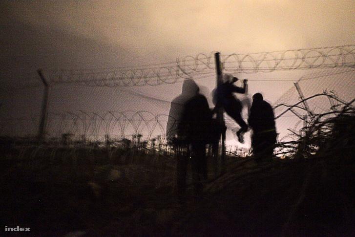A leleményes libanoni és jemeni fiúk nem sokkal arrébb átmásztak a kerítésen
