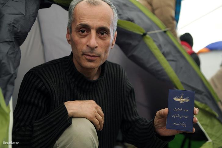Az iráni zoroasztriánus megmutatja azt a szent könyvet, amit hazájában nem mer elővenni