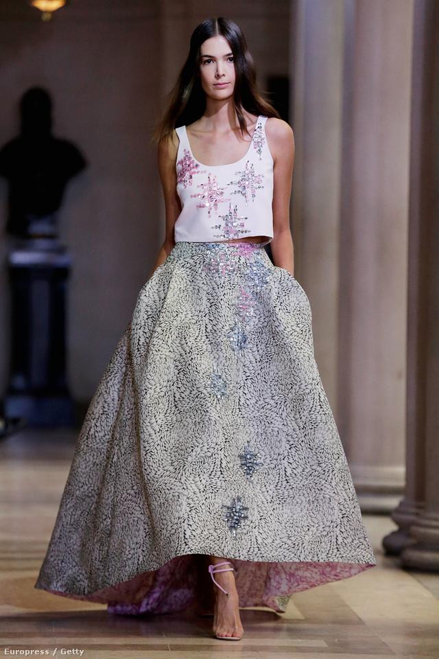 Carolina Herrera csupa rózsakvarc - derűs kék ruhát tervezett 2016. tavaszára.