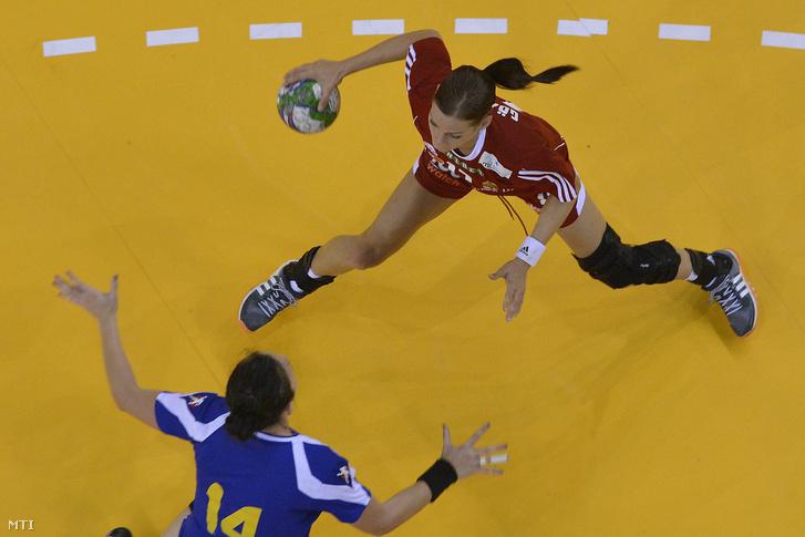 Görbicz Anita (fent) és a román Ioana Laura Oltean a Magyarország-Románia felkészülési női kézilabda-mérkőzésen a debreceni Főnix Csarnokban