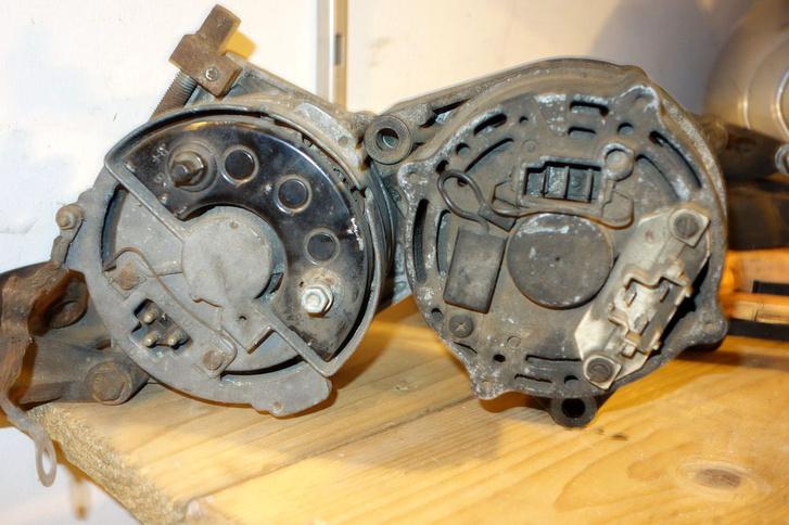 Balra a régi, az egystekkeres verzió, jobbra az új, amiben két stekker van