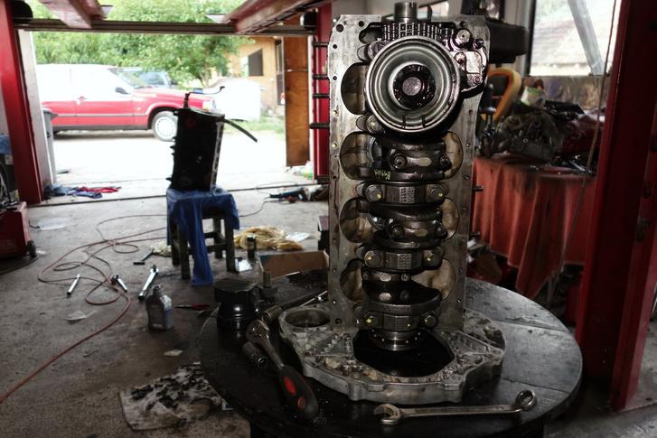 Ez egy másik motor, ami Karesznél készül, egy állólámpás dízelé. Jóval igényesebb szerkezet azért
