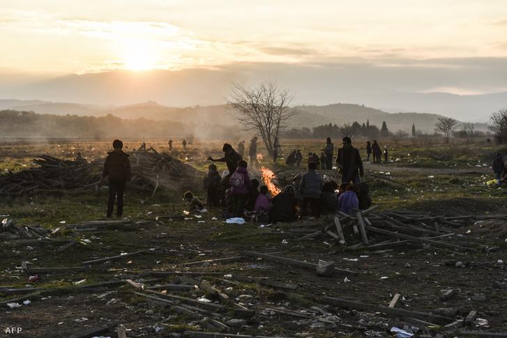 Menekültek várakoznak a görög-macedón határnál, szeptember 5-én.