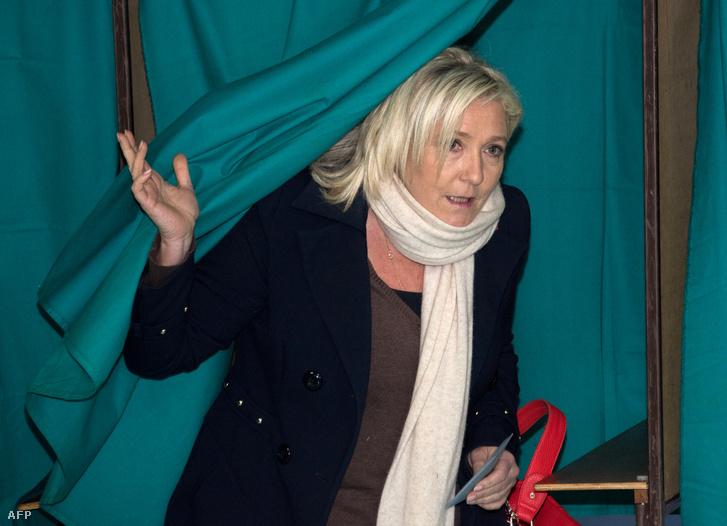 A Nemzeti Front elnöke, Marine Le Pen lép ki a szavazófülkéből