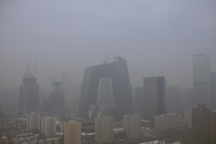 A kínai állami tévé épülete és Peking városképe