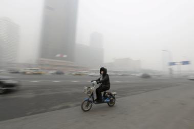 Motoros egy kihalt főúton Pekingben