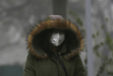 Maszkos járókelő Pekingben