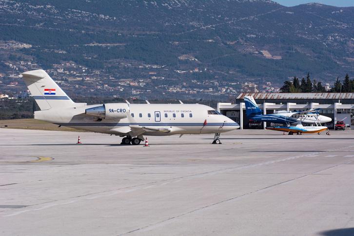 A spliti repülőtéren a horvát kormánygép mellett a Twin Otter hidroplán, ami a miniszterelnököt viszi a szigetre.