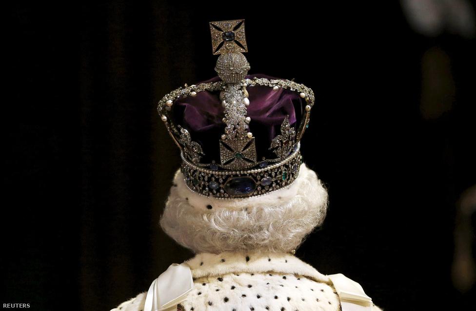II. Erzsébetkirálynő hátulról. II. Erzsébet uralkodói rekordot állított fel szeptember 9-én, ő lett a leghosszabb ideig a trónon ülő brit uralkodó. Ezzel beelőzte az eddigi csúcstartót, a saját ükanyját, Viktória királynőt is, aki 63 éven, 7 hónapon és 2 napon át állt Nagy-Britannia élén. Az ominózus pillanatban Skóciában járó II. Erzsébet röviden megköszönte mindenkinek a jókívánságokat, de egyébként csak szűk körben, zárt ajtók mögött emlékezett meg az évfordulóról. Nagy-Britannia-szerte viszont mindenhol nyilvános ünnepségeket tartottak a királynő tiszteletére. A két királynő között rengeteg a hasonlóság és a párhuzam, a legérdekesebbeket itt szedtük össze.