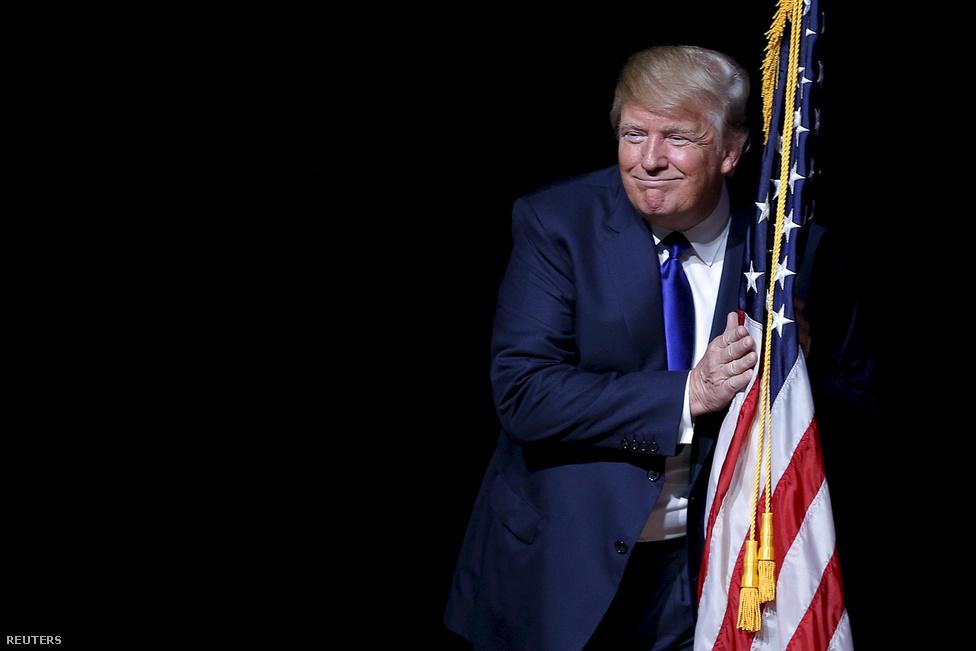 Donald Trump New Hampshire-ben, egy kampányrendzvényen. A korábban elnökjelölti indulását csak lebegtetőcelebritás-ingatlanmágnás-megmondóember tényleg beszállt a republikánus jelöltségéért folytatott küzdelembe, és a legtöbb elemző megrökönyödésére az élre tört. A legnagyobb örömmel trollkodta szét a republikánus előválasztást, de mondhat bármit, azóta is stabilan ott tanyázik az élmezőnyben, a legutolsó felmérések alapján már 36,5 százalékon áll. Ráadásul a republikánus szavazók csaknem fele már úgy gondolja, hogy Trump jelöltségével jó esélyük lenne megnyerni az elnökv Mögötte Marco Rubio floridai és Ted Cruz texasi szenátor emelkedett ki, míg a legnagyobb név, Jeb Bush volt floridai kormányzó alaposan visszacsúszott a február 1-jén elrajtoló iowai kaukuszhoz közeledve.