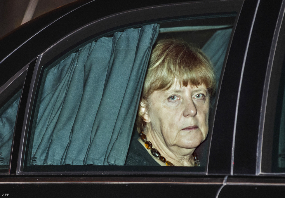 Angela Merkelgondterhelten néz ki indiai látogatásán autója ablakán. A német kancellárt aTime magazin és a Financial Times is az év emberének választotta. Az elsők között állt ki Putyin ellen az Ukrajnában zajló háború miatt, majd a görög csődöt is sikerült jól kezelnie. Végül a menekültválság miatt került még inkább a középpontba, amikor megnyitotta Németország kapuit a menekültek előtt, amit politikai versenytársai, az unió több országának vezetője, de még a saját állampolgárai sem tartottak feltétlenül jó döntésnek. A menekültválságban a kvótára épülő javaslatot szorgalmazta, amit viszont a kelet-európai EU-tagok keményen elleneztek. A hatalma a konfliktusok ellenére is a régi maradt, de már korántsem tűnik megkérdőjelezhetetlennek a világ legbefolyásosabb politikusnője.