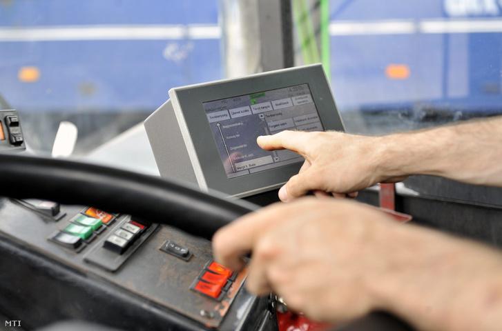 Futár informatikai rendszer műszaki berendezésének érintőképernyős kijelzője egy 435-ös Ikarus autóbuszban a BKV dél-pesti buszgarázs parkolójában.
