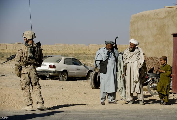 Tengerészgyalogos Afganisztán Garmsir tarományában 2009. novemberében