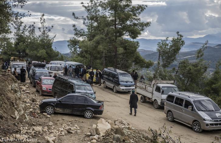 Orosz bombázás elől menekülő arab és türkmén családok pihennek a szíriai Latakia mellett, útban a török határ felé.