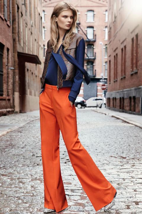 Diane von Furstenberg szerint trendi lesz sötétkékkel és barnával hordani a narancssárga pantallót 2016 őszén.