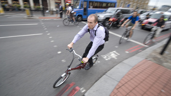 Minden 5. biciklis a telefonja miatt bukik orra