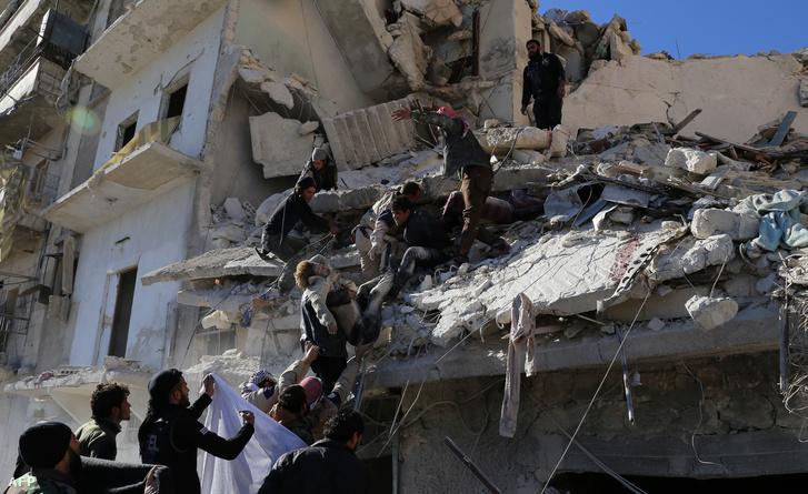 Túlélők és áldozatok után kutatnak egy bombázást követően Aleppóban, december 7-én