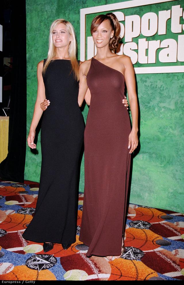 Barna félvállas ruhában pózolt Daniela Pestovával 1996-ban.