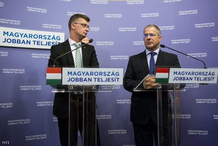 Kósa Lajos a Fidesz frakcióvezetője (j) és Kubatov Gábor a párt országgyűlési képviselője az FTC elnöke a sporttörvény tervezett módosításáról tartott sajtótájékoztatójukon.