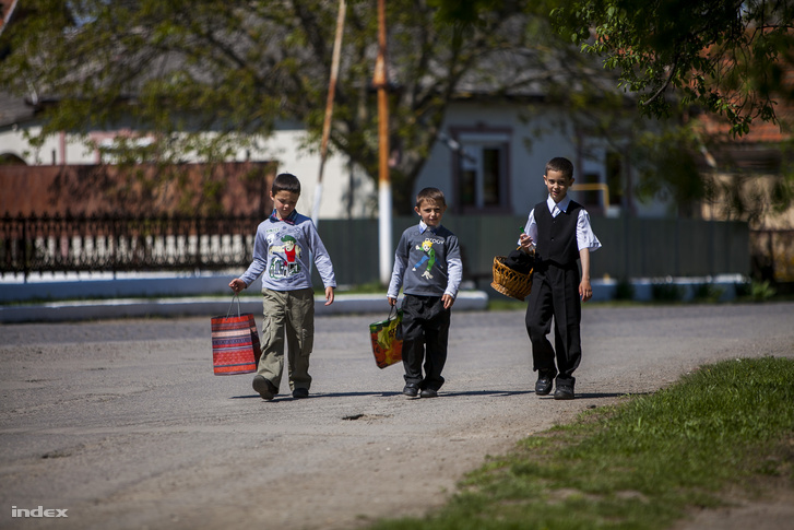 Kárpátaljai gyerekek húsvéti locsolkodásra indulva.