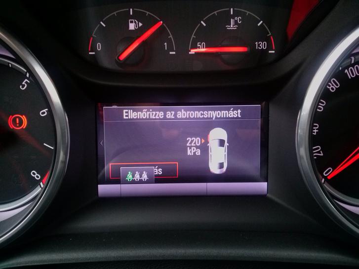 Az új Astra keréknyomás-ellenőrző rendszere. Természetesen a bejelzett kerék nem volt leeresztve, amúgy véletlenszerűen összesen három keréknél is jelzett. Aztán egynél sem
