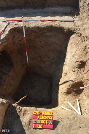 Rablógödör az I. Szulejmán szultán feltételezett síremlékének (türbéjének) feltárásán.