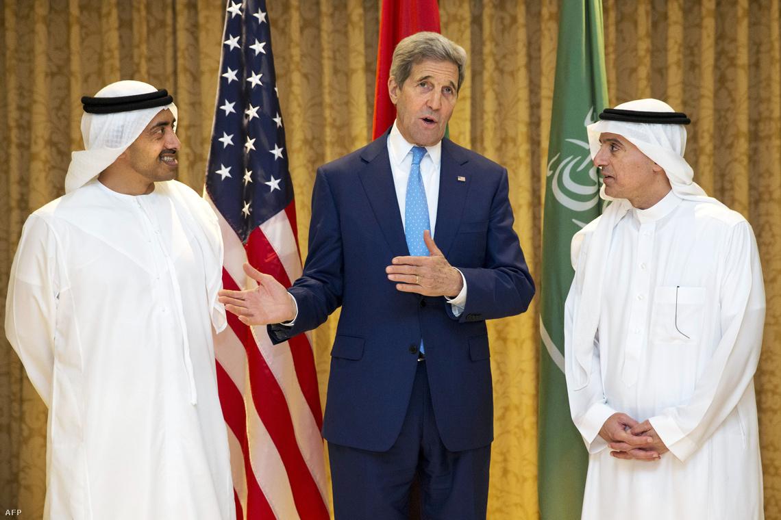 John Kerry bemutatja partnereit az Egyesült Arab Emírségek tárgyalódelegációjából.