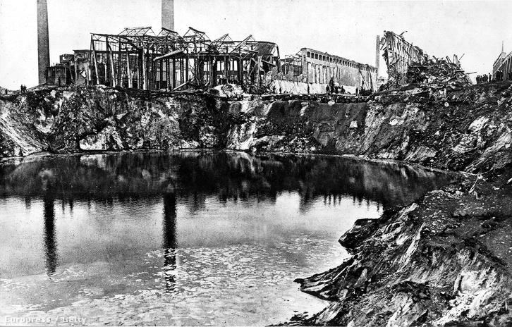 Nem sok maradt a gyárból a robbanás után.