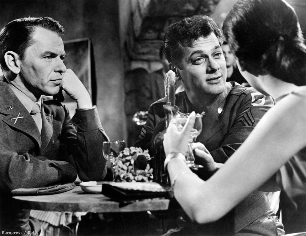 """Sinatra a magyar származású Tony Curtis és a West Side Storyból ismert Natalie Wood társaságában az 1958-as Indulnak a királyok forgatásán. A színésznő később azt nyilatkozta, hogy már 15 évesen """"komoly barátság"""" fűzte az énekeshez (bármit is jelentsen ez), 16 évesen pedig már a Haragban a világgal rendezőjének, az akkor már negyvenes éveiben járó Nicholas Raynek volt az ágyasa."""