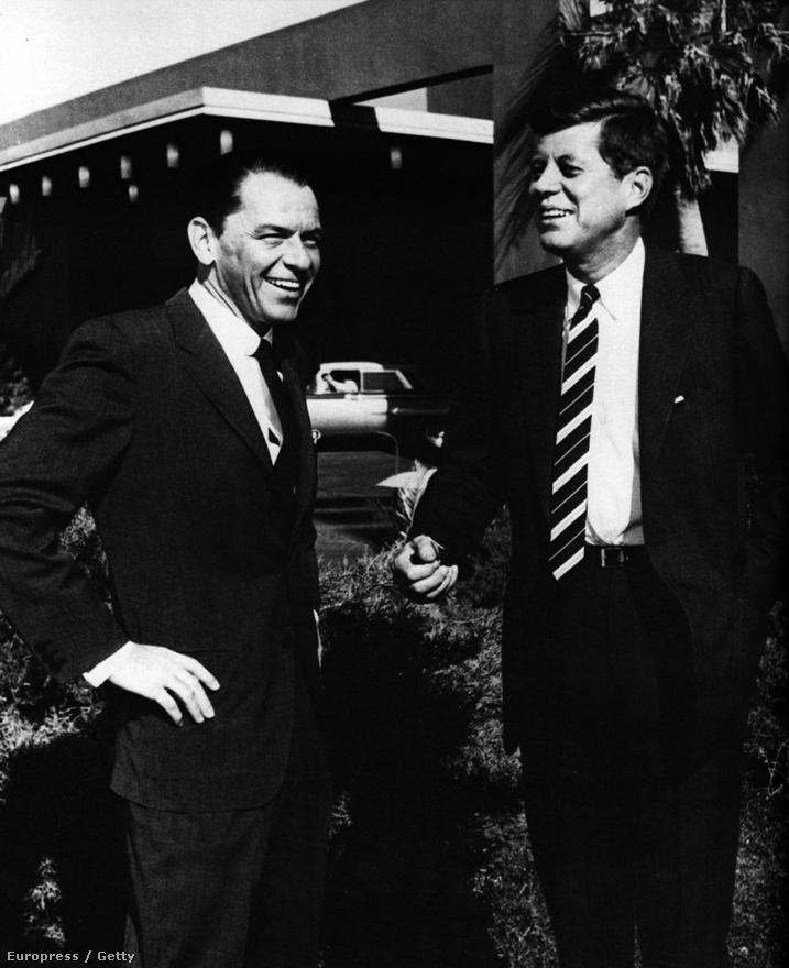 Frank Sinatra több amerikai elnökkel (pl. Ronald Reagan és Harry S. Truman) is jó viszonyt ápolt, a legközelebb viszont John F. Kennedyt engedte magához, akit már megválasztása előtt gyakran invitált Hollywoodba és Las Vegasba, hogy aztán együtt bulizzanak és csajozzanak. Ezen az 1960-ban készült képen az énekes és az egy évvel később megválasztott elnökjelölt egy vegasi hotel előtt cseverészik. Kennedyt három évvel később lelövik Dallasban.
