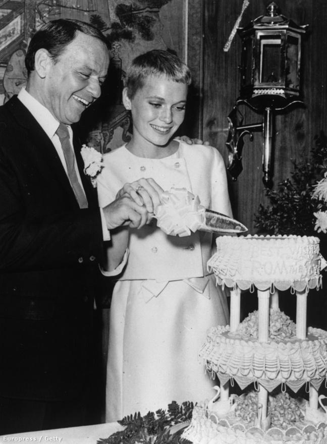 Sinatra 50 éves korában vette el harmadik feleségét, az akkor még csupán 21 éves, kezdő színésznőként érvényesülni próbáló Mia Farrowt, akivel Az elrabolt expresszvonat forgatásán ismerkedtek meg. 1966 júliusában házasodtak meg, ezen a képen épp az esküvői tortát vágják fel. A kapcsolatnak az vetett véget, hogy Farrow nem fogadta el férje szerepajánlatát, és helyette egy másik filmhez, a Rosemary gyermekéhez igazolt, amire Sinatra azzal válaszolt, hogy a teljes stáb előtt nyújtotta át neki a válási papírokat. A színésznő két éve azt mondta a Vanity Fairnek, hogy ő és Sinatra soha nem szakítottak igazán, Ronan nevű fia pedig nem biztos, hogy Woody Allentől származik, könnyen lehet, hogy valójában Sinatra az apja. Woody Allen legfrissebb életrajzi regénye szerint Sinatra meg akarta öletni Allent, amiért viszonyt folytatott örökbefogadott lányával, Soon-Yi Previnnel, akivel a rendező később össze is házasodott.